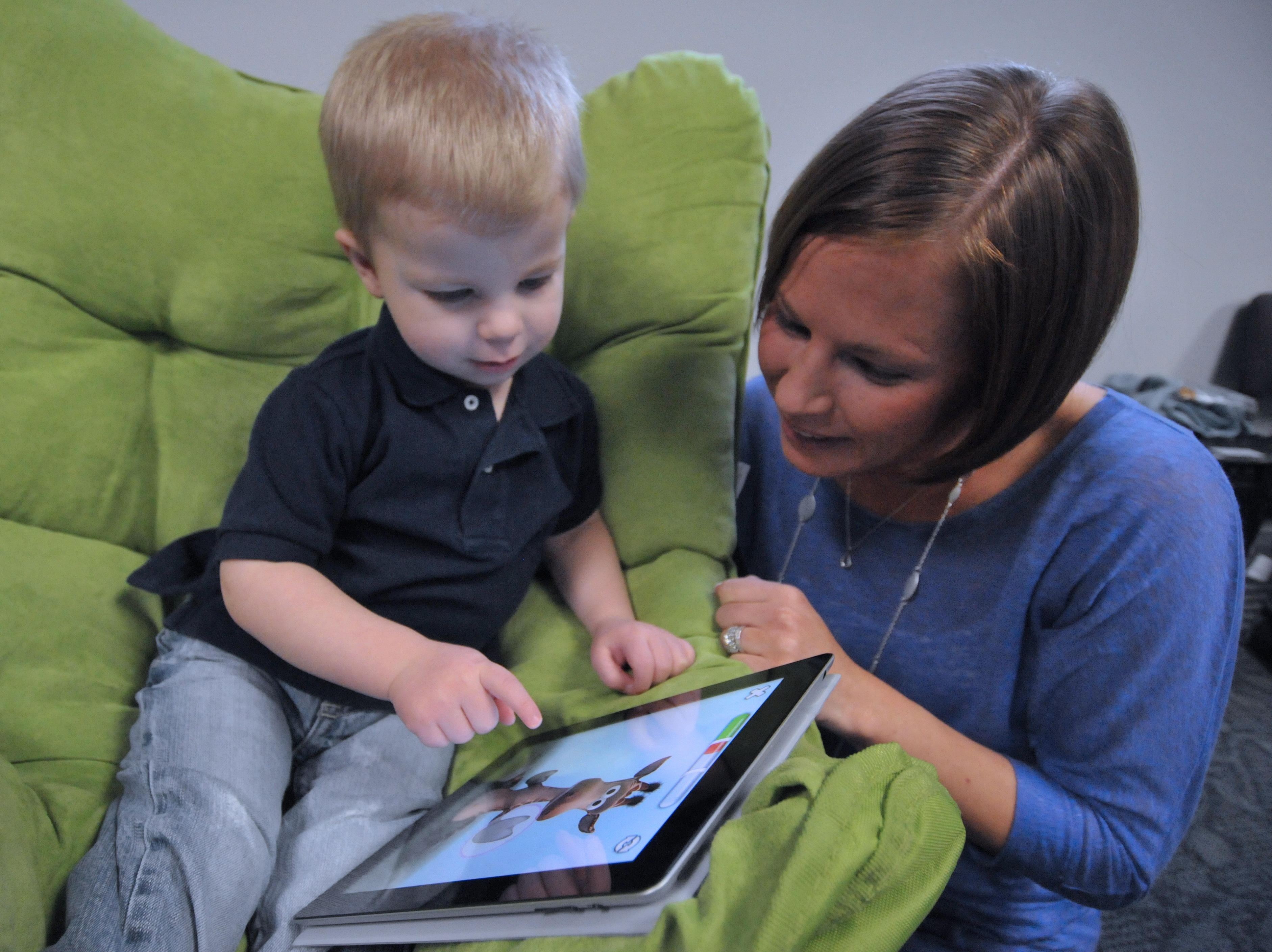 2014-11-11-Child_and_mother_with_Apple_iPad