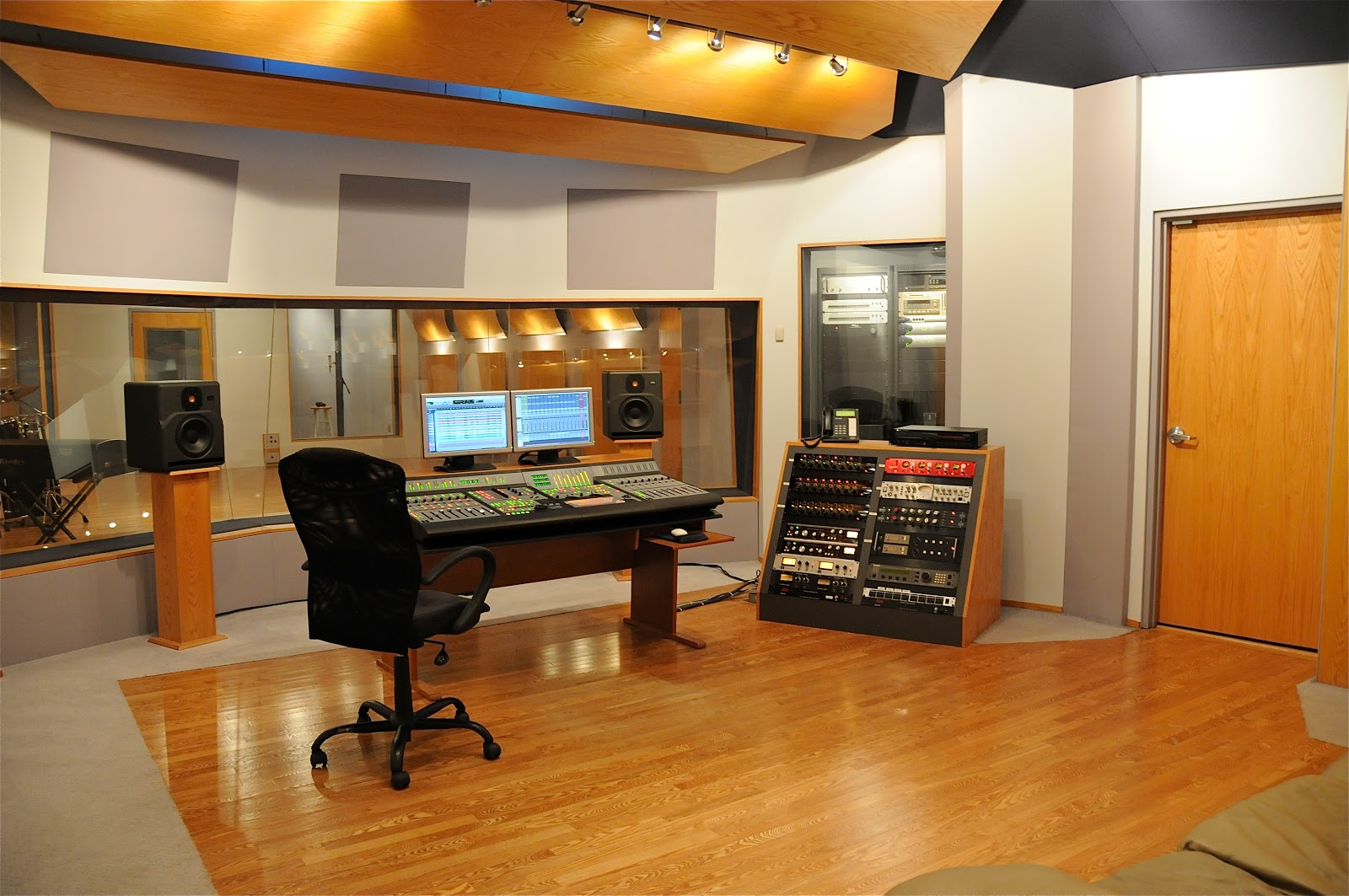 Control Room 004
