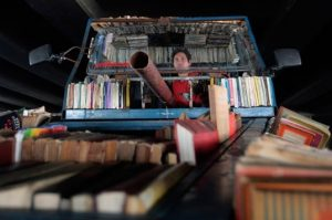 Argentinian artist distributes free books in a tank