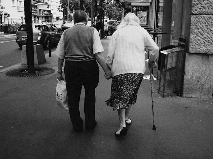 9e696_OldPeopleHoldingHands1