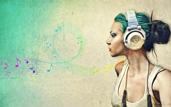 Girl-with-Headphone-Listening-to-Music-600x375