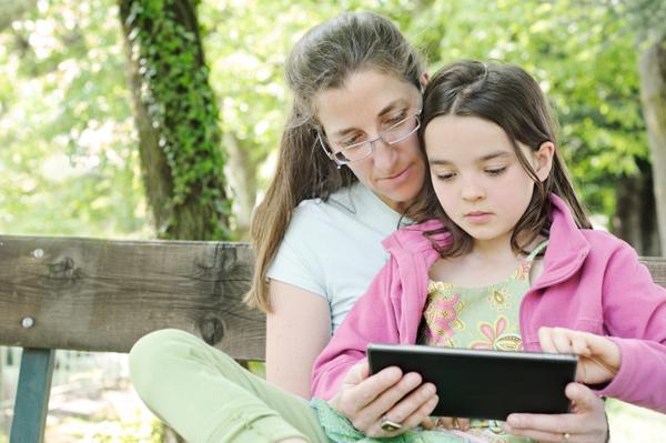 mom-homeschooling-with-e-reader