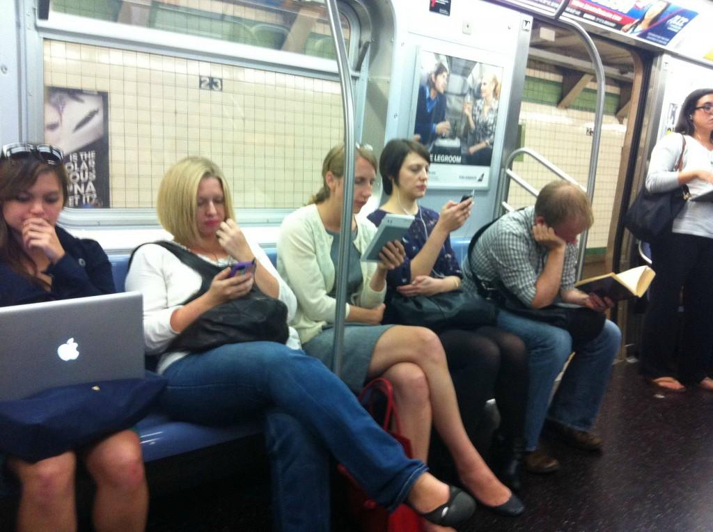 reading-books-ebooks-ipad-on-subway